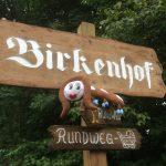 Ottie auf dem Birkenhof-Schild