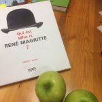 Tisch mit Magritte Buch